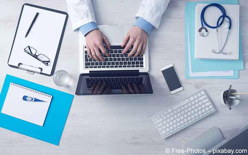 Arzt und Laptop